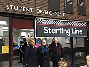Cecile Tegler, a la derecha, se encuentra en el vestíbulo del Niagara County Community College con los residentes de Mount View Assisted Living Sandra Leaming, a la izquierda, y Marge Reinard, centro, antes de dirigirse a una clase en aplicaciones informáticas.