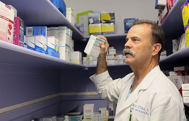 """El doctor Brian Stigall de Hill Country Medical Associates dice que le preocupa el costo de los inhaladores y guarda muestras para sus pacientes de Medicare, como Juanita Milton. """"Creo que todos lo hacemos porque queremos ayudar a nuestros pacientes"""", dice Stigall."""