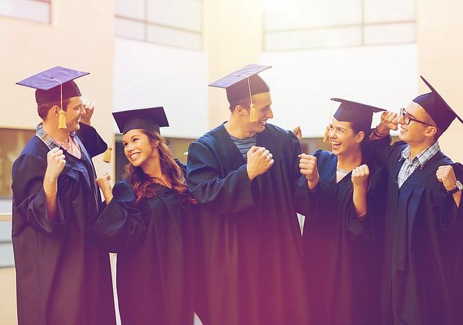 Un nuevo marcador de éxito en la graduación: El sello de alfabetización bilingüe