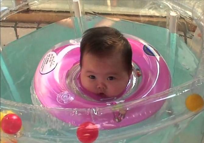 Flotadores de cuello para bañar al bebé, ¿sí o no?