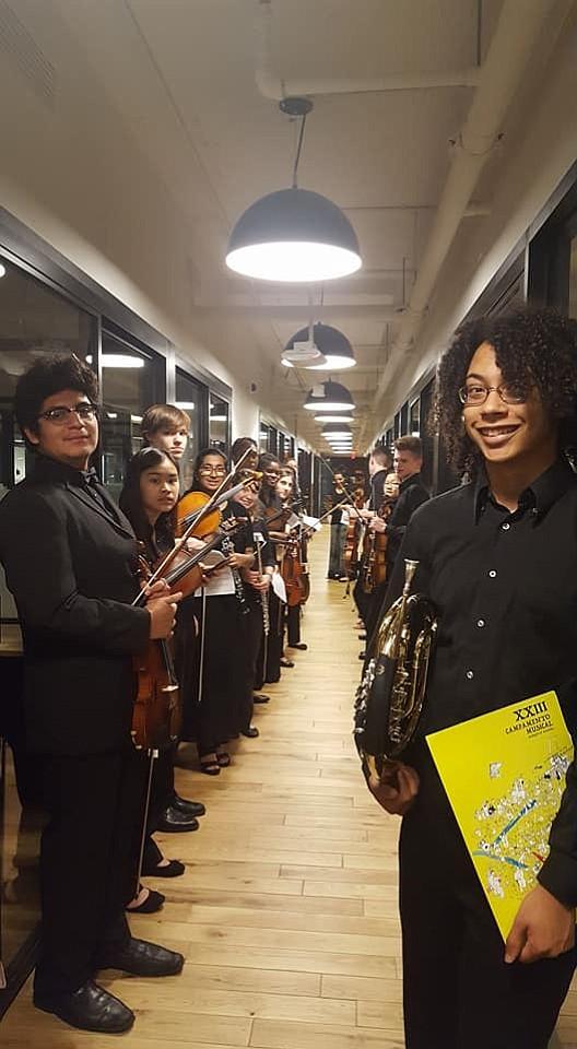 LISTOS. La Orquesta Juvenil de Washington DC espera turno para su concierto en WeWork White House.