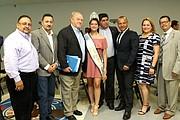 JUNTOS. Miss Sister City posa junto a empresarios salvadoreños, entre ellos Manfredo Mejía (der.).