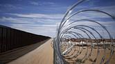 Un muro de alambre cerca en la frontera que separa los Estados Unidos y México se encuentra en Santa Teresa, Nuevo México.