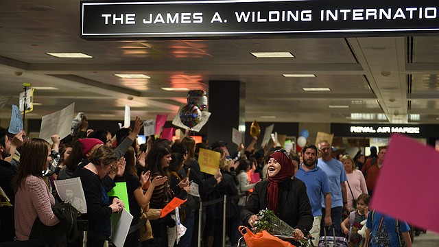 Tras la emisión del veto migratorio, la gente protestó y dió la bienvenida a los pasajeros que llegaban al Aeropuerto Internacional Dulles de Washington.