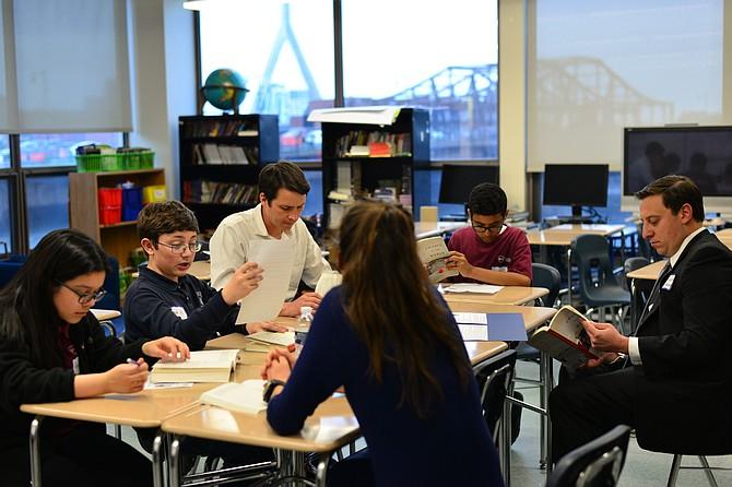El Senador Joe Boncore (a la derecha) se unió al club de lectura con estudiantes de las escuelas Brooke Charter School East Boston y Eliot K-8 Innovation School