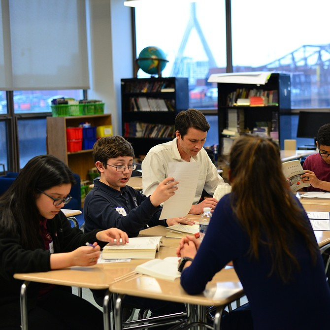 El Senador Joe Boncore (a la derecha) se unió al club de lectura con estudiantes de las escuelas Brooke Charter School East Boston y Eliot K-8 Innovation School