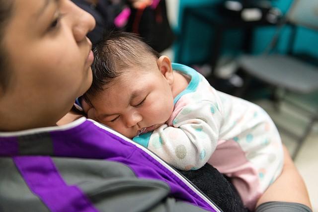 Jessica Ríos sostiene a su sobrina Aryanna Guadalupe Sánchez-Ríos como los babynaps entre los exámenes en el Hospital de Niños de Seattle el 5 de mayo de 2017.