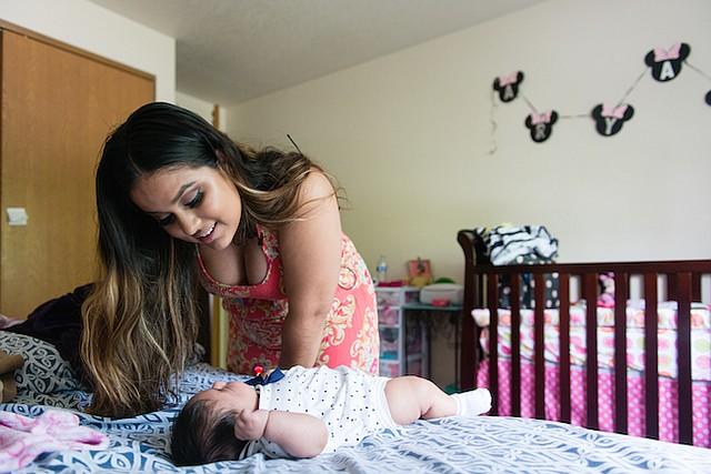 María Ríos, de 20 años, vela por su bebé, Aryanna Guadalupe Sánchez-Ríos, el 4 de mayo de 2017.