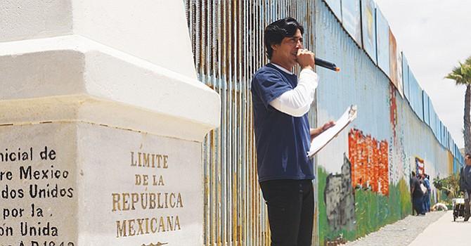 El joven salvadoreño Adrián García cantó sobre el tren La Bestia, en su recorrido de frontera a frontera, hasta llegar junto al muro en Tijuana. Foto de Manuel Ocaño.