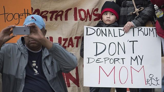 Un niño con su madre asiste a un mitin frente a la Casa Blanca en febrero organizado por United We Dream, una organización dirigida por jóvenes inmigrantes que protestaba por las redadas en todo el país.