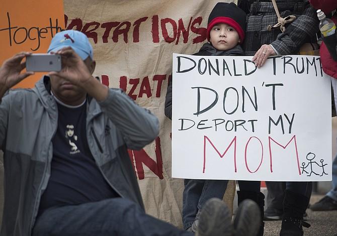La administración Trump otorga permisos de trabajo a miles de inmigrantes indocumentados