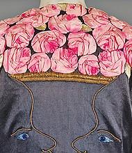 Abrigo de noche de Schiaparelli de 1937, con rosas bordadas. Foto cedida