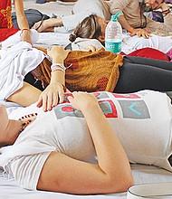 Estudiantes de yoga participan en un ejercicio de relajaciÛn en el ·shram de The Beatles. La gran mayorÌa de alumnos hacen cursos de preparaciÛn de profesores de 200 horas durante un mes y los precios oscilan entre los 1.500 y los 5.000 dÛlares. EFE/Julen Yuguero