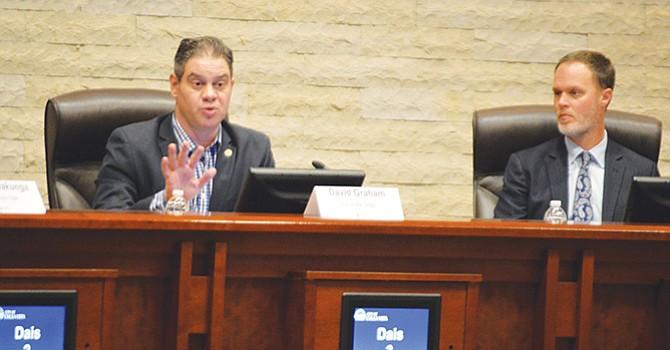 David Graham,  Asubdirector de operaciones del gobierno de la ciudad de San Diego, atento, Scott Crider, de SDG&E.