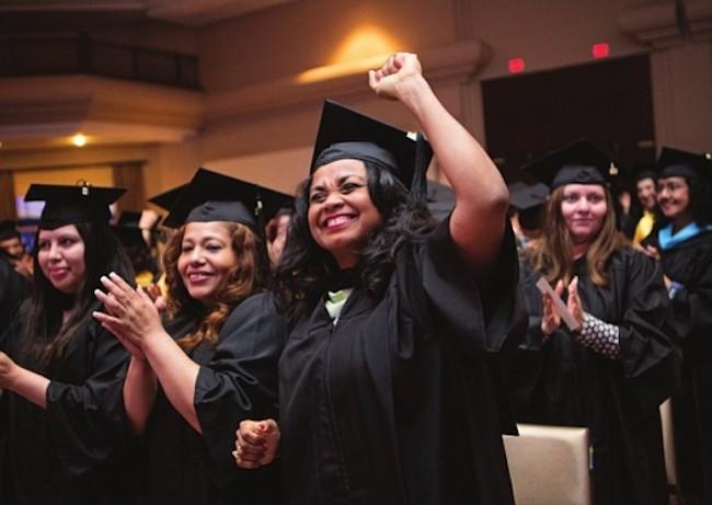 Universidad Ana G. Méndez graduó más de 60 latinos de su sede en Wheaton