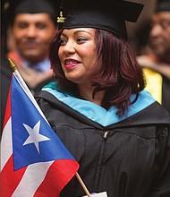 BORICUAS. La bandera de Puerto Rico estuvo presente entre los graduados, mientras sonaba música latina al fondo.
