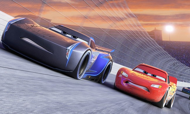 """Jackson Storm (voz de Armie Hammer), un líder en la próxima generación de corredores, publica velocidades que incluso Lightning McQueen (voz de Owen Wilson) no ha visto, en """"Cars 3""""."""