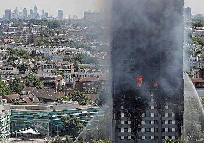 30 personas murieron en incendio de Londres, 76 desaparecidas
