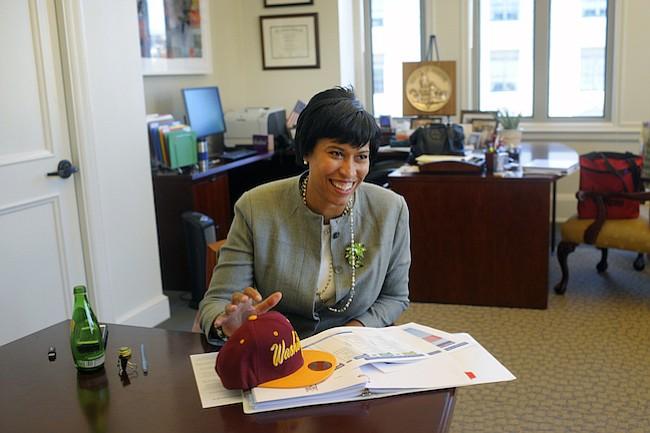 Alcaldesa Bowser otorga $ 150K en becas para jóvenes de DC que participan en el programa de empleos del distrito