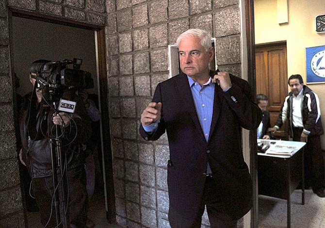Juez mantiene en la cárcel a Martinelli al aplazar decisión sobre fianza