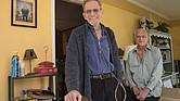 """Bruce Meade, a la izquierda, y su esposo, Chuck Meade, 60, tuvieron una reunión con un proveedor de cuidado pastoral que enfatizó """"el lado positivo de las cosas"""", dice Bruce. ͞Me ayudó a sentirme esperanzado""""."""