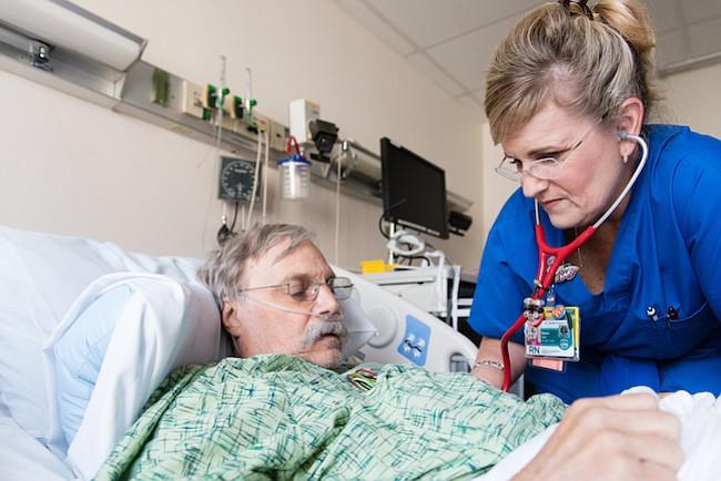 Dawn Nagel revisa al paciente Scott Steffens, de 67 años, en St. Joseph HoagHealth en el condado de Orange, California, el 27 de abril de 2017. Nagel informó a Steffens que necesita ser tratado para la sepsis.