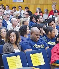 Miembros del público se manifestaron sobre la propuesta frente a los regidores locales. Foto: Horacio Rentería/El Latino San Diego.