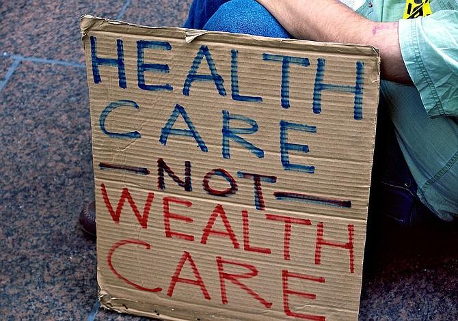 Proyecto de salud del Senado cambiaría el Medicaid y limitaría apoyo para pagar las primas