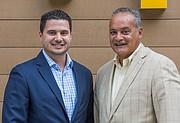 Carlos Mateos (der.) incició su carrera como franquiciante de McDonald's hace 18 años. Su hijo, Carlos Mateos Jr. (izq.) sigue sus pasos.