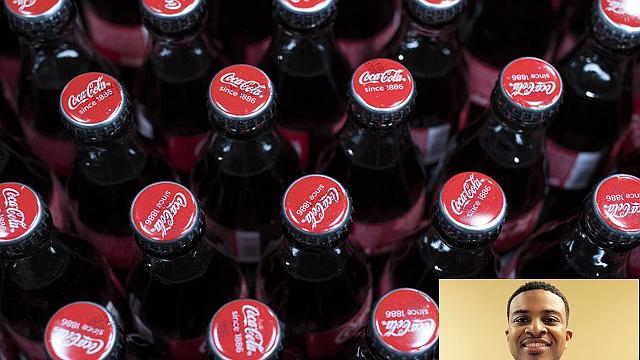 Eric Johnston III es responsable de manejar las relaciones gubermentales de Coca Cola Bottling Consolidated y para el ortorgar el Premio de Logro es, como decirles, cómo destapar la felicidad.