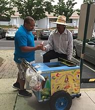 CLIENTE. Los adultos también disfrutan los helados de Don Abundio Márquez.