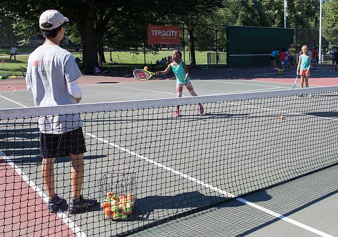 Programas recreacionales y deportivos para niños este verano