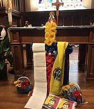 SÍMBOLO. Las bandera de Venezuela enfrente del altar.