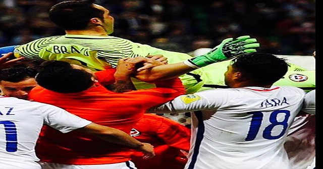 Jugadores mecen al portero chileno luego de su destacada actuación. Foto-Cortesía.