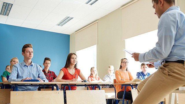La culpa lo puede tener el formato de los días de escuela modernos, los cuales requieren estar sentado por largos períodos de tiempo y en en los que el receso es algunas veces comprimido en 20 a 30 minutos al día.