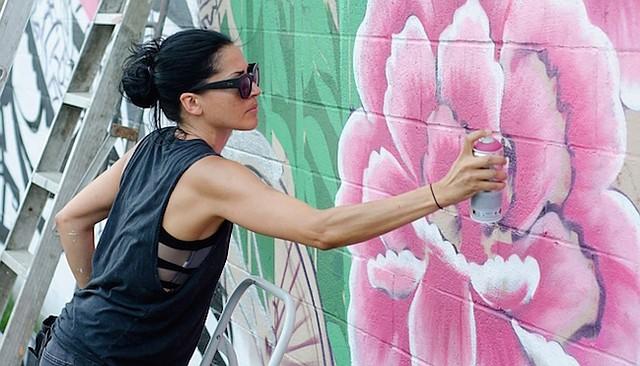 """INMIGRACIÓN. El programa """"On the Move"""" presentará actividades multiculturales: capoeira, poesía y arte como el de Cita Sadeli, conocida como Chelove."""