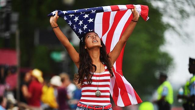 Jackie Pinos, de 15 años, de Boynton Beach, Florida, se une a las festividades del Día de la Independencia a pesar del tiempo nublado y lluvioso en Washington, D.C.