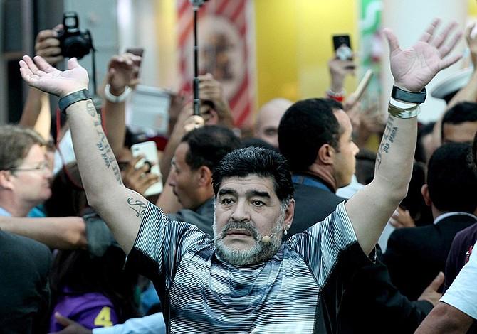 Maradona es ovacionado al llegar a Nápoles para recibir ciudadanía honorífica