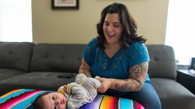 Andrea Pardo, de 33 años, con su beba, Noemí, quien nació en abril.