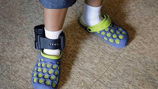 ICE quiere que indocumentados porten grilletes electrónicos