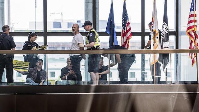 Los manifestantes preocupados por el proyecto de ley de salud de los republicanos son arrestados fuera de las oficinas de los senadores republicanos en Capitol Hill, Washington, DC, el 28 de junio.