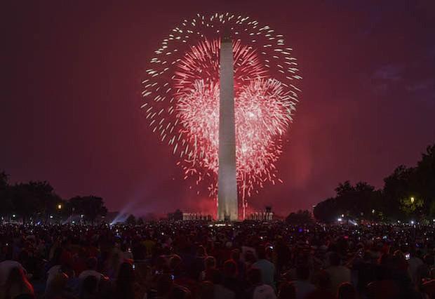 Explosiones iluminan el Monumento a Washington durante la exhibición de fuegos artificiales en el National Mall el martes por la noche en Washington, D.C.