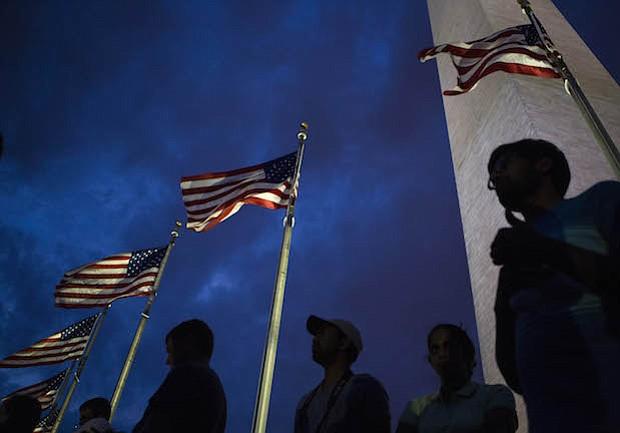 La gente se reúne en el monumento de Washington para la celebración del 4 de Julio en el National Mall en Washington, D.C.