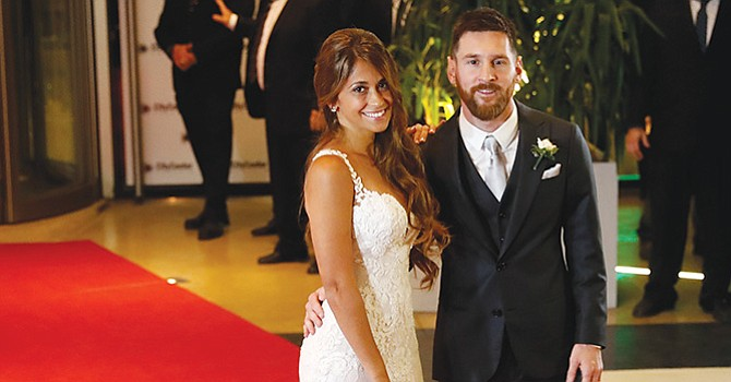 Lionel Messi (d) y su esposa Antonella Rocuzzo posan tras casarse el 30 de junio de 2017, en Rosario (Argentina). EFE/David Fern·ndez