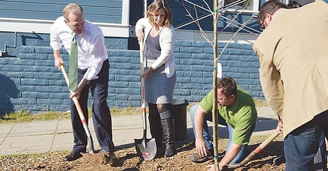 El alcalde Kevin Faulconer en una acción de reforestación urbana. Foto-Archivo: Horacio Rentería/El Latino San Diego.