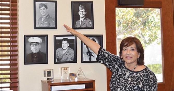 Con orgullo, Mary Casillas Salas, primera Alcaldesa Latina en el condado de San Diego, muestra las fotos de su familia, que forman parte de su colección fotográfica, en su oficina, en entrevista en la que resaltó su apoyo pleno a una Universidad de Chula Vista. Fotos-Archivo: Horacio Rentería/El Latino San Diego.