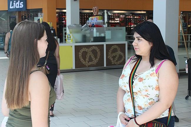 Juliet Brisson (izq.) y Angelina Campos charlan mientras hacen sus compras en el centro comercial Arden Fair de Sacramento el 19 de junio.