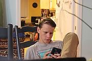 Andy Knox revisa su teléfono en su casa en Davis, California, el 19 de junio.