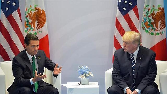 Fotografía cedida por Presidencia del mandatario de México, Enrique Peña Nieto (i); y su contraparte de Estados Unidos, Donald Trump (d), quienes se saludan hoy, viernes 7 de julio de 2017, durante su encuentro bilateral, previo al comienzo de la sesión plenaria de la cumbre de líderes de estado y gobierno del G20, en Hamburgo (Alemania).