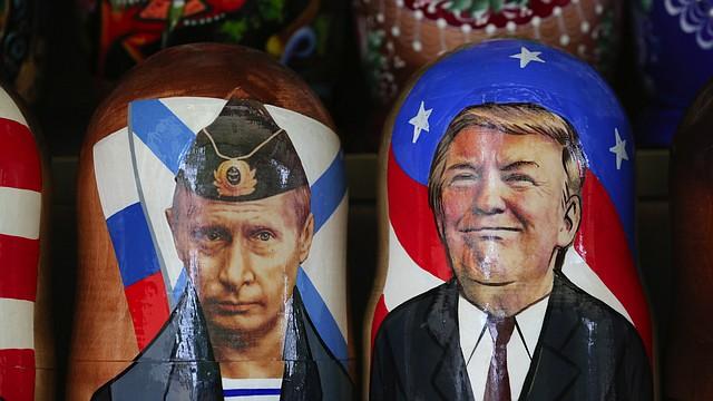 Muñecas de recuerdo matryoshka que representan al presidente ruso Vladimir Putin (izquierda), y el presidente Donald Trump en un puesto turístico en San Petersburgo, Rusia.
